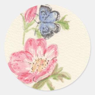 Mariposa bonita en la flor rosada pegatina redonda