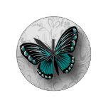 Mariposa caprichosa del trullo en floral gris reloj redondo mediano