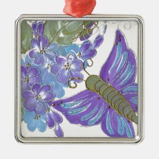 Mariposa caprichosa y flores azules y púrpuras ornamente de reyes