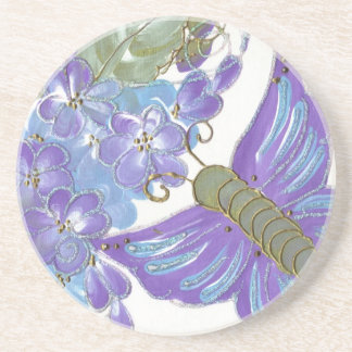 Mariposa caprichosa y flores azules y púrpuras posavasos cerveza