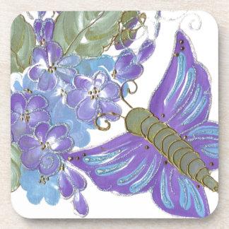 Mariposa caprichosa y flores azules y púrpuras posavasos de bebidas