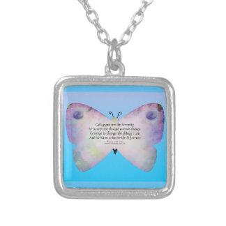 Mariposa colorida del rezo de la serenidad en azul grimpolas