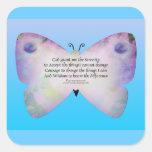 Mariposa colorida del rezo de la serenidad en azul pegatina cuadrada