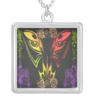 Mariposa con el collar de las flores