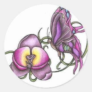 Mariposa con el pegatina redondo de la orquídea