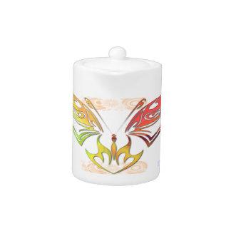 Mariposa con la tetera de las flores