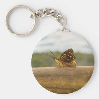 Mariposa contra fondo de la falta de definición en llavero redondo tipo pin