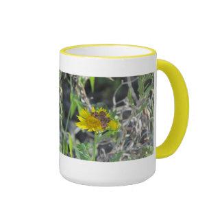 Mariposa de Brown en la flor amarilla Taza De Café