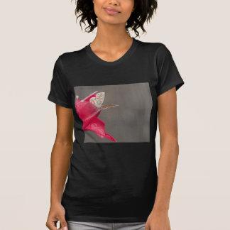 Mariposa de Brown en un pétalo rosado de la flor Camisetas