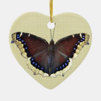 Mariposa de capa de luto - antiopa del Nymphalis Adorno De Cerámica En Forma De Corazón