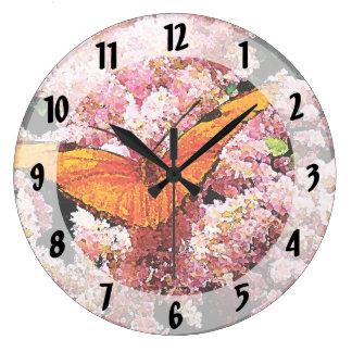 Mariposa de Julia en las flores rosadas Reloj Redondo Grande