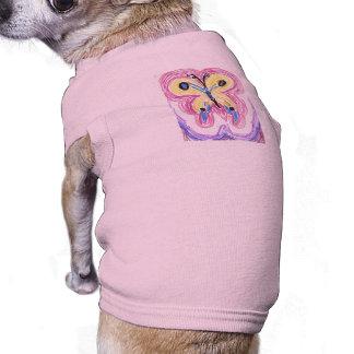 Mariposa de la cola del trago en rosa ropa perro
