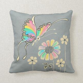 Mariposa de la fantasía del arco iris almohada