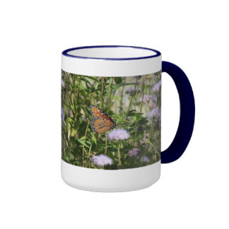 Mariposa de la reina en la flor púrpura taza de dos colores
