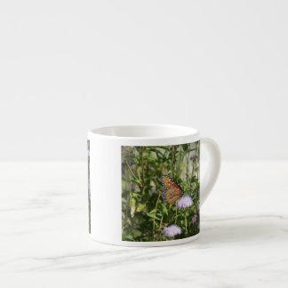 Mariposa de la reina en la flor púrpura taza espresso