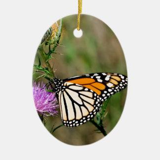Mariposa de monarca adorno navideño ovalado de cerámica