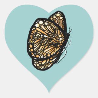 Mariposa de monarca, apenas aterrizada pegatina en forma de corazón