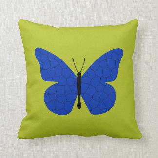 Mariposa de monarca azul bonita en el oro metálico cojin