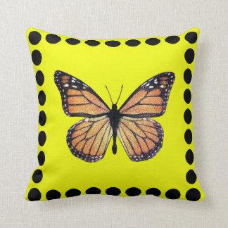 Mariposa de monarca bonita en el oro con los lunar cojin