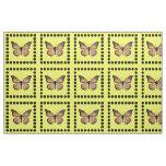 Mariposa de monarca bonita en el oro con los telas