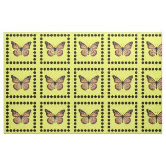 Mariposa de monarca bonita en el oro con los