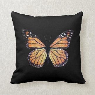 Mariposa de monarca bonita en negro cojín