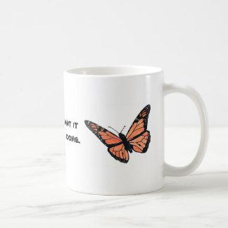 Mariposa de monarca con el Milkweed Taza Clásica
