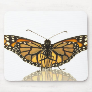 Mariposa de monarca con la extensión de las alas tapete de raton