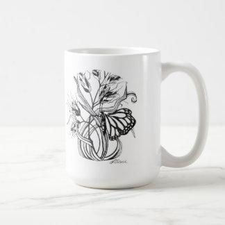 Mariposa de monarca del jardín y hierbas y taza de