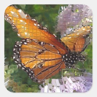 Mariposa de monarca del mosaico que descansa sobre pegatina cuadrada