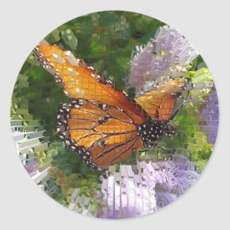 Mariposa de monarca del mosaico que descansa sobre pegatina redonda