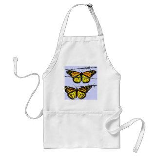 Mariposa de monarca detrás del alambre de púas delantal