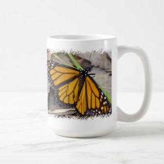 Mariposa de monarca en blanco taza