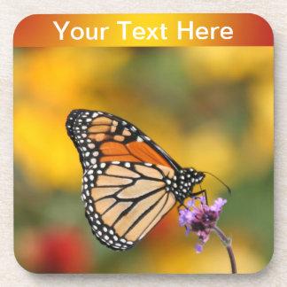 Mariposa de monarca en busca del polen posavasos