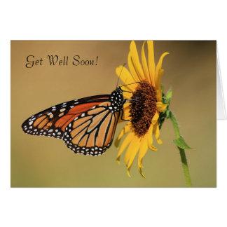Mariposa de monarca en el girasol amarillo tarjeta de felicitación