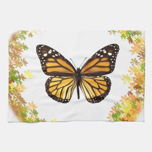 Mariposa de monarca en el marco de hojas toalla