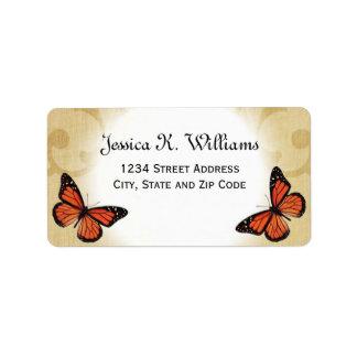 Mariposa de monarca en el pergamino etiquetas de dirección