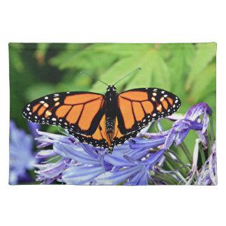 Mariposa de monarca en jardín mantel individual