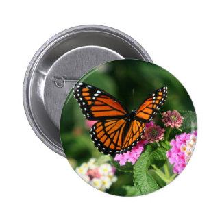 Mariposa de monarca en la flor del Lantana Pin Redondo De 2 Pulgadas