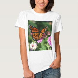 Mariposa de monarca en la flor del Lantana Remera