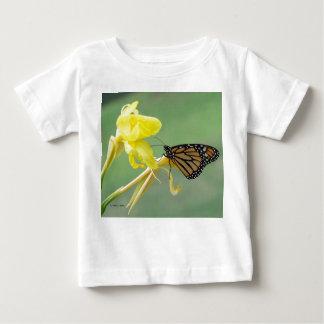 Mariposa de monarca en la parte posterior simple playeras