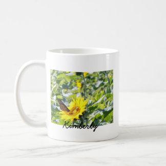 Mariposa de monarca en la taza de café del girasol