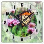 Mariposa de monarca en Lantana rosado Relojes De Pared