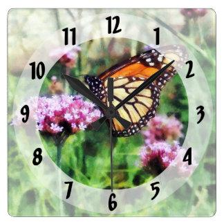 Mariposa de monarca en Lantana rosado Reloj Cuadrado