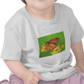 mariposa de monarca en las flores camisetas