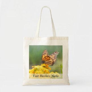 Mariposa de monarca en los Wallflowers siberianos Bolsas