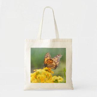 Mariposa de monarca en los Wallflowers siberianos Bolsa De Mano