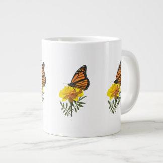 Mariposa de monarca en maravilla taza grande
