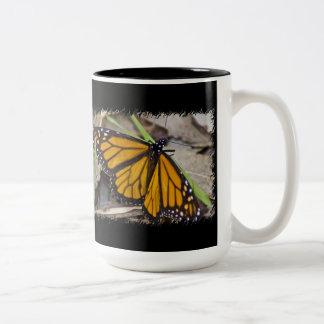 Mariposa de monarca en negro taza de dos tonos