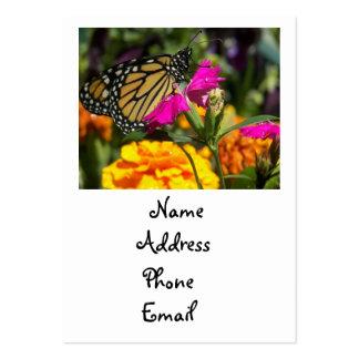 Mariposa de monarca en tarjetas rosadas del tarjetas de visita grandes